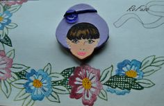 Spilla in legno dipinta a mano con cappello in ecopelle e fascetta in raso ispirato ai Seventie's - Audrey 1970 - Spille di ReFuse