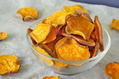 One more healthy version of homemade sweet potato chips! This sweet potato chips are easy to prepare and healthy to eat! In just 45 minutes you have healthy sweet potato chips to snack on! Homemade Sweet Potato Chips, Low Carb Sweet Potato, Sweet Potato Pizza Crust, Sweet Potato Slices, Sweet Potato Recipes, Healthy Appetizers, Healthy Snacks, Vegetarian Recipes, Snack Recipes