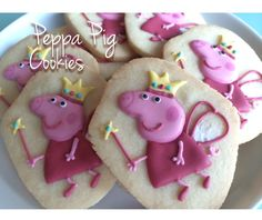 These Princess Peppa cookies are beautiful, such detail! Sugar Cookie Frosting, Sugar Cookies, Pig Cookies, Birthday Treats, Pig Birthday, Peppa Pig Cookie Cutter, Cookie Tutorials, Pig Party, Homemade Cakes