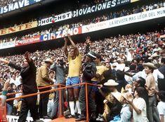 Carlos Alberto Torres levanta a Jules Rimet no tri do Brasil em 1970   Brasil 4x1 Itália