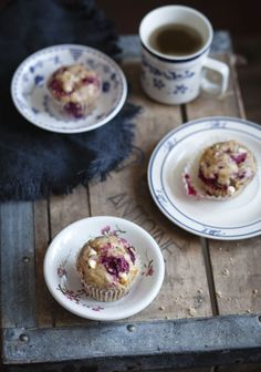 Muffins aux bananes, framboises & chocolat blanc Muffins with bananas, strawberries & white chocolate – Station De Recettes Pizza Dessert, Dessert Drinks, Raspberry And White Chocolate Muffins, Raspberry Muffins, Macarons, Crepes And Waffles, Cupcakes, Cookies, Muffin Recipes