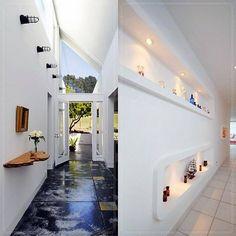 Pé direito alto e cores claras dão a sensação de amplitude, o uso de nichos iluminados nas paredes também é uma ótima alternativa!