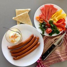 Brunch at 2pm 😎 - pork wieners, eggs in a glass with butter, buttered toast (egg whites and almond flour based), watermelon, apricot, pursley, tomato, nasturtium, bell peppers / Snídaňooběd ve 2 odpoledne 😃 - vepřové párky, vejce do skla s máslem, omáslované toasty (z bílků a mandlové mouky, ještě to chce poladit), vodní meloun, meruňka, šrucha zelná, rajče, lichořeřišnice, papriky