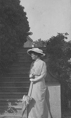 Noble y Real: El guardarropa de Alexandra Feodorovna 1914. En el jardín de Livadia, con blusa de cuello alto y mangas estrechas, parasol y sombrero con vuelo de gasa.