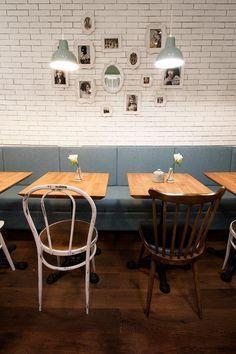 Sillas de estilo thonet de la firma Francisco Segarra en la decoración de la cafetería Emilie's Cookies & Coffee Shop Niza, Francia.