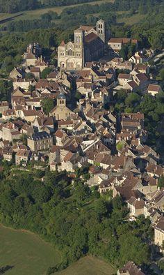 Vézelay (Bourgogne, France), très bel ensemble architectural et église apaisante