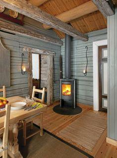 Store hytter med store rom kan fort bli kalde i løpet av natten, da er det greit å ha gode oppvarmingsmuligheter. I spisestuen står en moderne vedovn, den tilfører både varme og sjarm.