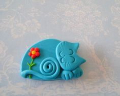 Polymer Clay Turquoise Blue Cat with red flower pin or magnet - Best Picture For Polymer Clay Charms Polymer Clay Cat, Polymer Clay Animals, Polymer Clay Projects, Polymer Clay Creations, Polymer Clay Jewelry, Clay Earrings, Jumping Clay, Baby Dekor, Clay Cats