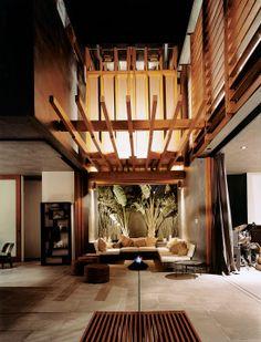 #Sostenibilità: questa casa a #Venice, California, si ispira alla composizione dei villaggi tropicali a Bali, dove #indoor e #outdoor confluiscono l'uno nell'altro.   Photo by Misha Gravenor  #architettura #sostenibile #edilizia #dreamhome