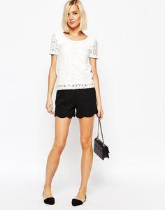 Le tee shirt blanc, raffiné grâce à la dentelle (Vero Moda - T-shirt en jersey et dentelle)