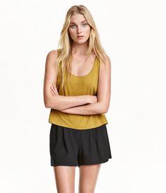 Kurze Shorts aus Viskose. Modell mit Bundfalten, Stretchpartie hinten und seitlichen Taschen.