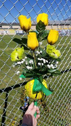 Floral arrangement for senior softball players. Senior Softball, Softball Drills, Senior Day, Softball Players, Softball Decorations, Softball Crafts, Softball Shirts, Senior Games, Senior Night Gifts