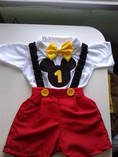Roupa do aniversariante Mickey 1st Birthdays, Fiesta Mickey Mouse, Baby Boy 1st Birthday Party, Mickey Mouse Clubhouse Birthday, Mickey Mouse Parties, Baby Mickey, Mickey Birthday, Mickey Party, Disney Parties