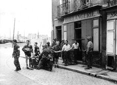 Des résidents fournissent des soldats avec du pain français. Belle image!