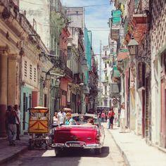 今、世界で一番訪れるべき国として話題沸騰中の「キューバ」。中南米エリアに属しながらも比較的治安も良く、昨年はアメリカと国交を回復したことでも注目を集めた国です。今回はそんなキューバ随一のビーチリゾート「バラデロ」をご紹介。その美しさにあなたも魅了されるはず。
