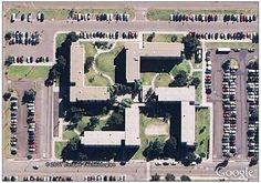 Apesar de aparecer em diferentes culturas, a suástica ficou famosa por representar o nazismo e as suas crenças. Por conta disso, é estranho encontrar uma construção com este formato, ainda mais quando ela é uma das bases da marinha dos Estados Unidos, como você pode conferir acima.  Veja mais imagens interessantes em: http://www.oblogdoseupc.com.br/2013/04/Imagens-bizarras-ou-estranhas-que-voce-pode-ver-no-Google-Maps.html