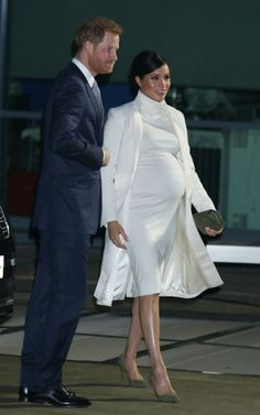 Meghan Markle looked incredible in a white dress by Calvin Klein and Amanda Wakeley coat at the Natural History Museum with husband Prince Harry. Pregnant Meghan was at the venue to watch a performance of The Wider Earth. Estilo Meghan Markle, Meghan Markle Stil, Meghan Markle Dress, Meghan Markle Outfits, Prince Harry Et Meghan, Meghan Markle Prince Harry, Princess Meghan, Harry And Meghan, Amanda Wakeley