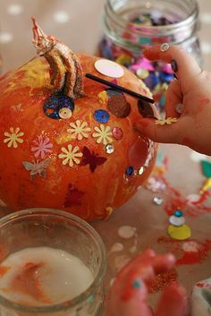 Sparkly pumpkin craft for toddlers --I'm tempted to do this with Haydn since a squirrel ate her ghost print pumpkin