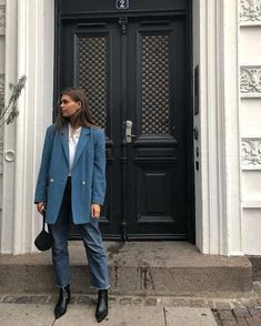 Stylish Ways to Wear Oversized Blazer This Fall - Blue oversized blazer with jeans Source by - Blazer Jeans, Look Blazer, Blazer Outfits, Outfit Jeans, Jean Outfits, Style Blazer, Fall Blazer, Denim Jeans, Mode Outfits