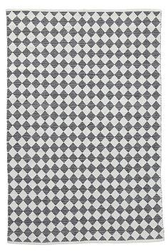 Et vakkert og lettplassert vevd teppe i bomull. Garnfarget rombemønster med melert effekt. Vask 40°.<br><br>For økt sikkerhet og komfort, benytt antiglimatte som holder teppe på plass. Antiglimatten finnes i flere ulike størrelser. <br><br>100% bomull<br>Vask 40°