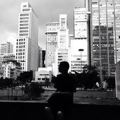 """""""#Oimeunomeé Lucas Sant'Ana (@lucpss). Tenho 17 anos e estudo direção de fotografia. Em 2014, eu comecei a sair por São Paulo em busca de momentos que valessem a pena congelar no coração e na minha câmera. A partir daí, minha vida mudou: descobri em mim a poesia que pulsa nas veias da cidade que me cerca. Os encantos diários da capital mais cinza do país chamam a atenção dos meus olhos, colorem e aquecem a alma de quem procura enxergar no cotidiano uma beleza além do banal. A minha arte…"""