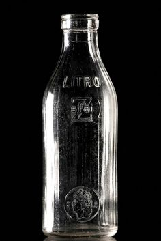 la bottiglia di vetro del latte