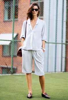 How To Pull Off Bermuda Shorts – Closetful of Clothes Edgy Outfits, Office Outfits, Short Outfits, Cool Outfits, Office Wear, Working Girl, Fade Styles, Masculine Style, Office Looks