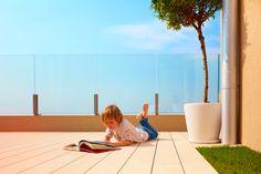 Jak stworzyć taras bezpieczny dla dziecka? #taraszdesekkompozytowych #deskikompozytowenataras #tarasyzkompozytupoznań