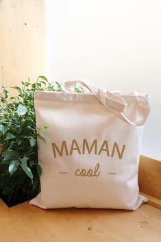 Tote bag Maman cool en coton bio. Un cadeau original et sympa pour offrir à sa maman ! Violet Rouge, Coton Biologique, Reusable Tote Bags, Cool Stuff, Mom Presents, Cotton Canvas, Tote Purse, Organic