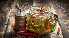 Receta de guindillas en vinagre, una conserva auténtica fácil de preparar How To Pickle Peppers, Pesto, Wood Stove Cooking, Healthy Work Snacks, Moscow Mule Mugs, Way To Make Money, Get Started, Health Tips, Veggies
