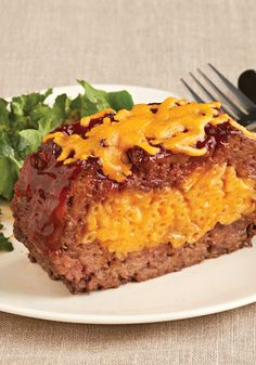 Macaroni and Cheese Stuffed Meatloaf – Tender, juicy meatloaf stuffed with classic KRAFT Macaroni & Cheese? Oh, yes—and making it is even easier than it might sound. Your kids are sure to really enjoy the cheesy surprise inside! I Love Food, Good Food, Yummy Food, Tasty, Meatloaf Recipe With Cheese, Stuffed Meatloaf Recipes, Meat Recipes, Cooking Recipes, Recipies