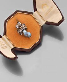 """MARIO BUCCELLATI. Broche """"grappe"""" en or jaune, les feuilles en argent serties de roses, une perle baroque gris bleutée stylisant la grappe de raisin. Signée."""