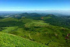 Weekend dans le Beaujolais : 8 expériences à ne pas louper ! - Chouette World - Blog voyage Le Beaujolais, Blog Voyage, Nature, Golf Courses, France, Mountains, World, Travel, Auvergne