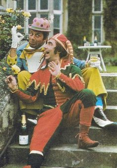 OMG! I totally LOVE this photo of Oliver Reed and Keith Moon! Fantastic!