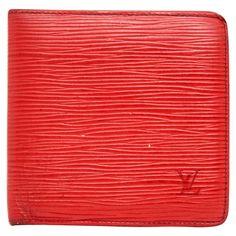 Portefeuille Marco Louis Vuitton en cuir et cuir épi rouge.  - 1 compartiment à bouton-pression pour la monnaie - 3 fentes pour cartes de crédit - 2 compartiments pour billets - Fente intérieure pour cartes de visite ou reçus CB - Dimensions : Largeur 11 cm (fermé) x hauteur 10,5 cm x profondeur (vide) 1 cm - Présente des traces d'usage (voir chaque extrémité de la pliure)