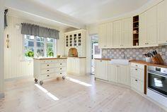 Köksö på hjul Kitchen Cabinets, Interior, Home Decor, Decoration Home, Room Decor, Kitchen Base Cabinets, Design Interiors, Interiors, Dressers