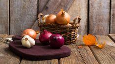 Cibule ačesnek mají vkuchyni díky své chuti apozitivnímu vlivu na zdraví nezastupitelnou úlohu. Čím vám prospívají ajak na jejich pěstování? Pesto, Fruit, Food, Compost, Essen, Meals, Yemek, Eten