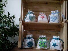 Delicati sacchetti realizzati in cotone bianco, totalmente foderati in tessuto stampato, con applicazione coordinata alla fodera. Chiusura con laccetti. Utili per ogni evenienza, adatti anche per un piccolo regalo. Lavabili a temperatura standard, misurano cm 18x 16 ca.