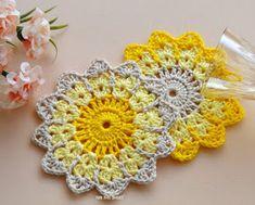 Pink Rose Crochet: Porta-Copos Centrinhos Coasters Y Crochet Circle Pattern, Crochet Coaster Pattern, Crochet Motif Patterns, Crochet Circles, Crochet Home, Crochet Crafts, Crochet Doilies, Crochet Flowers, Crochet Projects