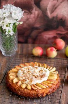 Mehevä omenakakku valmistuu vaikka yllätysvieraille. Vaahdota pinnalle kermavaahtoa tai vaniljavaahtoa tai tarjoa se erikseen.