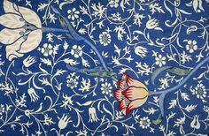 William morris - 1885 Arts And Crafts - Papel de parede de morris que representa o movimento por ter uma alto pregnância e poder ser reproduzido em alta escala artesanalmente com condições de trabalho melhores e sem poluição do meio ambiente.