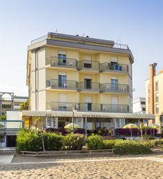 Hotel Touring - dovolená u moře, letovisko Caorle Ponente. Hotel s bazénem přímo u písečné pláže. Bella, Mansions, House Styles, Home Decor, Italia, Decoration Home, Manor Houses, Room Decor, Villas