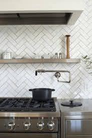 light splashback with dark grout - Google Search Kitchen Splashback Tiles, Splashback Ideas, Kitchen Flooring, White Herringbone Tile, Chevron Tile, Herringbone Backsplash, Glass Kitchen, White Tile Kitchen, Rustic Kitchen