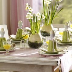 Tischdeko frühlingsblumen  Oster Tischdeko aus Frühlingsblumen - Narzissen in einem ...