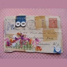 une carte postale mail art avec des boutons et de la broderie