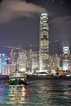 Victoria Harbor, seen from de Tsim Sha Tsui ferry terminal, looking towards de skyline of Hong Kong