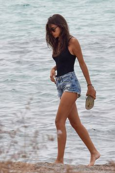 Casual Beach Outfit, Cute Beach Outfits, Beach Ootd, Casual Outfits, Summer Fashion Outfits, Short Outfits, Louboutin Sneakers, Beach Poses, Beachwear