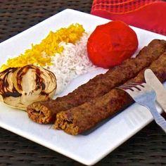 Le chelo kebab est surement un des plats nationaux d'Iran. Cette variante particulière de kebab avec de la viande de boeuf hachée est appelée koobideh.