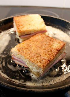 Croque Monsieur är fransk snabbmat när den är som bäst.Man tror den uppfanns på ett café (eller en bar) för drygt hundra år sedan. Ma...