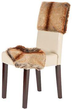 Die Stühle (2 Stück), aus FSC®-zertifizierter massiver Pinie, überzeugen durch die Geradlinigkeit und zeitlosem Design. Der Hochlehner ist bequem mit einem festgepolstertem Sitzkomfort und mit strapazierfähigem und pflegeleichtem Kunstleder bezogen. Die Husse aus Fellimitat verleiht dem Stuhl im Handumdrehen einen edlen Look. Sie besteht aus 50% Polyacryl und 50% Polyester und ist bei 30° wasch...